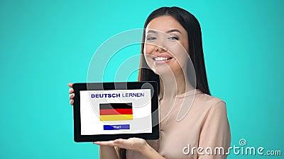 Weibliche haltene Tablette mit die deutsche Anwendung lernen, bereit, Kurs zu beginnen stock video footage