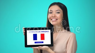 Weibliche haltene Tablette mit die französische Anwendung lernen, bereit, Kurs zu beginnen stock video footage