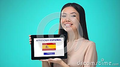 Weibliche haltene Tablette mit die spanische Anwendung lernen, bereit, Kurs zu beginnen stock footage