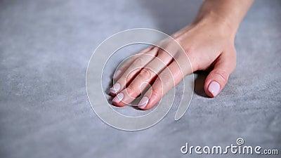 Weibliche Hand, die weiche und saubere graue Decke ber?hrt stock footage
