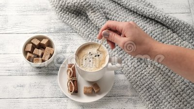 Weibliche Kaffeemaschine Kaffeemüll, Pullover, Zimt, Braun-Zucker Gemütlicher Herbstkomfort Herbststimmung stock video