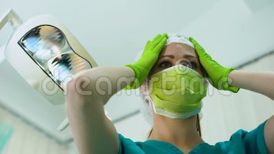 Weiblicher Arzt, der bouffant Kappe, plastische Chirurgie, Cosmetology, Patient POV trägt stock video