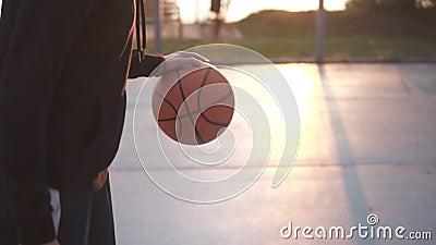 Weiblicher Basketballbasketball-spieler, der den Ball aufprallt Zeitlupe schoss vom Basketball-Spieler-Training auf dem Freien stock footage