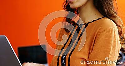 Weibliches Leitprogramm, das Laptop verwendet stock video