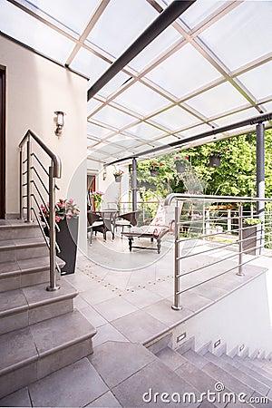 Hauseingang mit treppe und strauch stockfoto   bild: 51091285