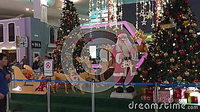 Weihnachtsdekorationen an der Abfahrt Hall von Flughafen KLIA 2 in Kuala Lumpur, Singapur stock video footage