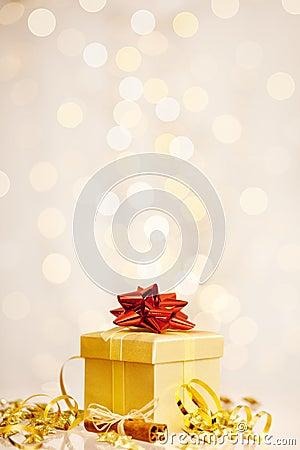 Weihnachtsgeschenk vor gefunkeltem Hintergrund