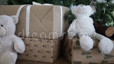 Weihnachtsgeschenke an einem Weihnachtsbaum stock footage