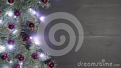 Weihnachtshintergrund des schwarzen Holzes verziert mit Tannenzweigen Kiefer verziert mit Flitter und glänzenden Lichtern stock footage