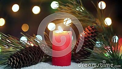 Weihnachtskerze, die nahe Kiefer brennt stock video