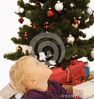 Weihnachtszeit - nettes Kind, das oben schaut