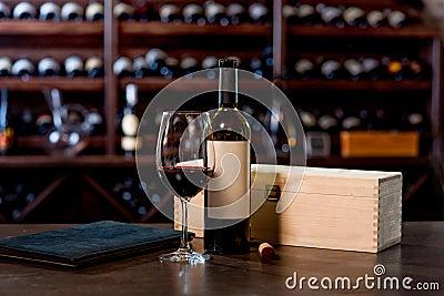weinflasche mit glas und men auf dem tisch stockfoto. Black Bedroom Furniture Sets. Home Design Ideas