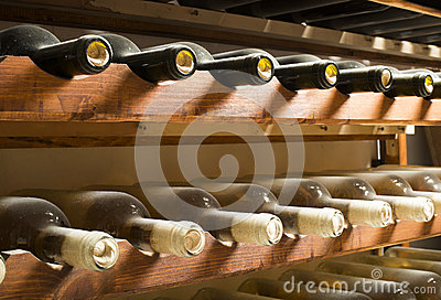 Weinflaschen auf Regal