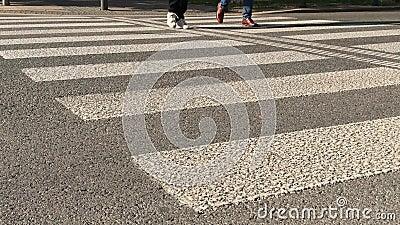 Weinig voetgangers kruisen kleine weg door gestreepte te kruisen stock video