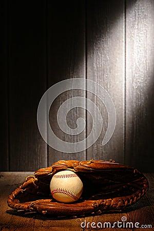 Weinlese-Kugel im alten Baseball-Leder-Fangfederblech-Handschuh