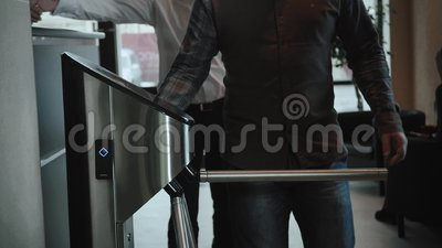 Wejściowy brama dostępu dotyka technologii systemu bezpieczeństwa budynek biurowy z businessmans iść pracować zbiory wideo