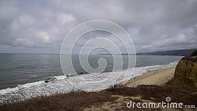 Wellen, die auf dem Strand abbrechen stock video footage