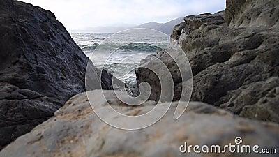 Wellen, die auf dem Strand abbrechen stock video