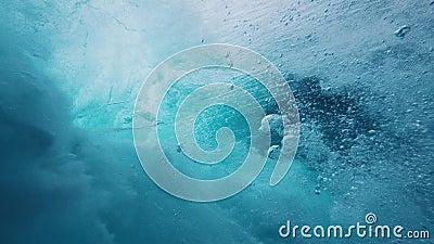 Wellen, die an den Küsten brechen, Luftringe, Zeitlupe von hinten, Luftbläschen, phisykalischer Prozess von stock video footage