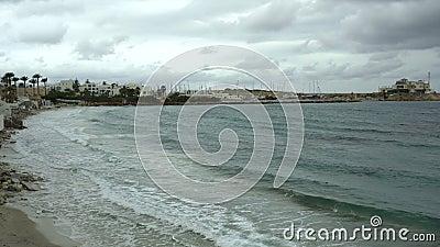 Wellen am Ufer des Hafens Marina in Monastir, Tunis Sturm am Mittelmeer Türkisches Meer stock video footage