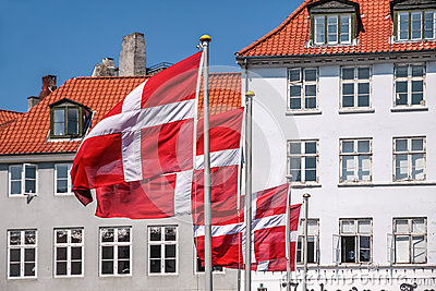 Wellenartig bewegende dänische Flagge