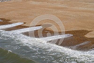 Wellenmuster auf Schindelstrand