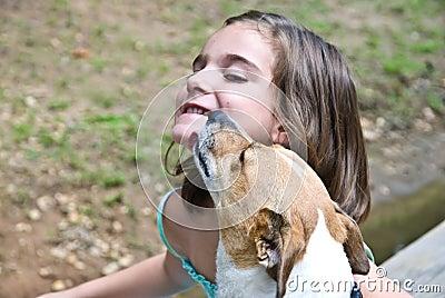 Welpen-Liebe/Mädchen und Hund