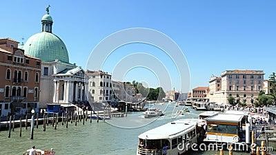 WENECJA WŁOCHY, LIPIEC, - 7, 2018: główny Wenecja kanał przed Wenecja ` s Santa Lucia stacją kolejową, Wiele różne łodzie zdjęcie wideo