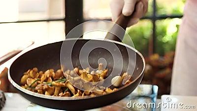 Werfendes Lebensmittel in einer Wanne stock video footage