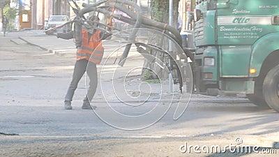 Werknemers repareren kleine stukjes door asfaltchips in putten te spuiten stock footage