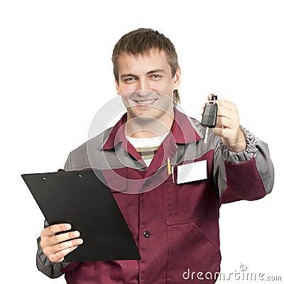Werktuigkundige die een autosleutel geeft