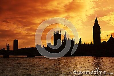 Westminster en de Huizen van het Parlement bij zonsondergang