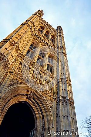 Westminster: il Parlamento torreggia su particolari, Londra, Regno Unito