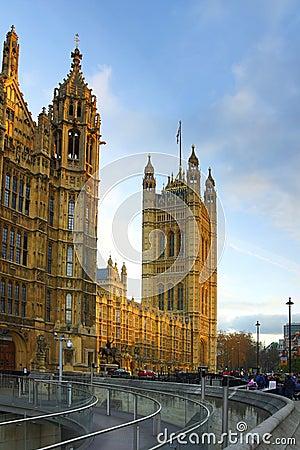 Westminster: perspectiva del parlamento, Londres Fotografía editorial