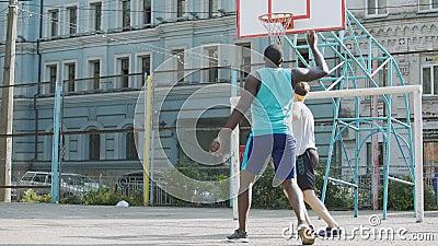 Wettbewerbsfähige Basketball-Spieler, die Ball am Gericht, aktiver Lebensstil, Sport tröpfeln stock video footage
