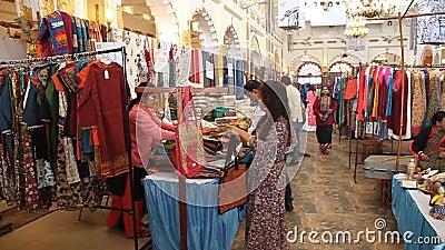 Weven en Crafts Bazaar tijdens het Mahindra Sanatkada-festival in Lucknow stock video