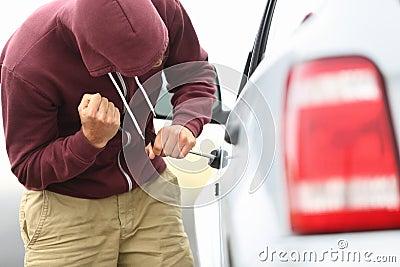 Wewnątrz samochodowa kradzież i przerwa