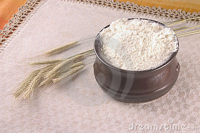 Wheat crops and a bowl filled up with flour
