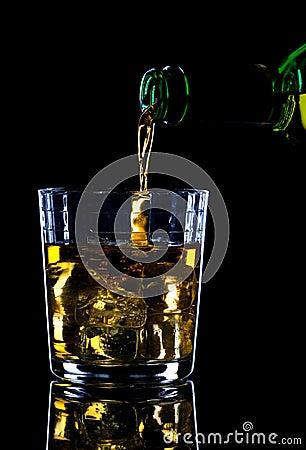 Whisky die wordt gegoten
