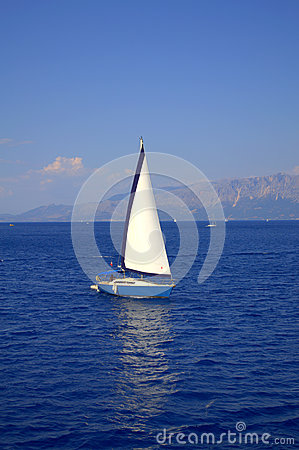 Free White Boat In Deep Blue Stock Photography - 59991572