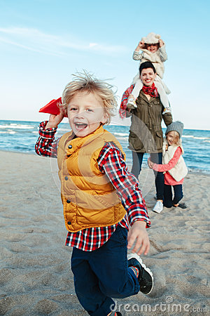 Free White Caucasian Family, Mother With Three Children Kids Playing Paper Planes, Running On Ocean Sea Beach On Sunset Outdoors Royalty Free Stock Photo - 78988455