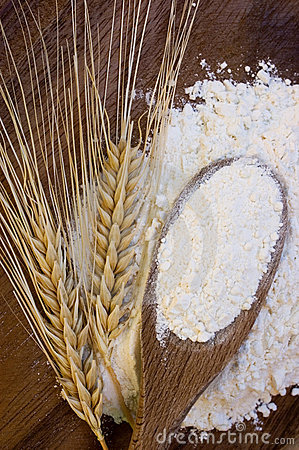 Free White Flour With Wheat Ears Royalty Free Stock Photography - 2988457