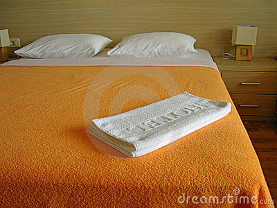 White hotel towels on the bed