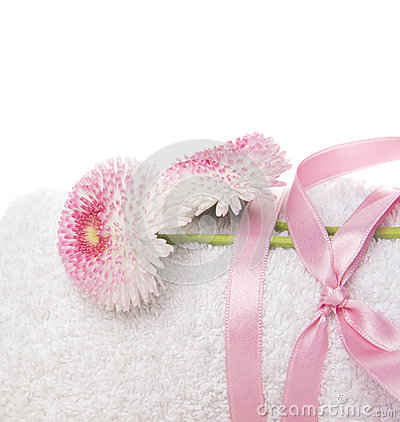 Free White Rolled Up Towel With Pink Silk Ribbon And Daisies Flowers Royalty Free Stock Photo - 39414195