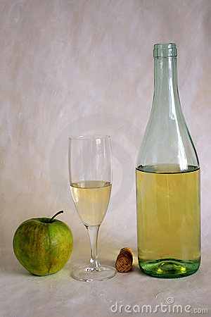 Free White Wine And Apple Royalty Free Stock Photo - 13913265