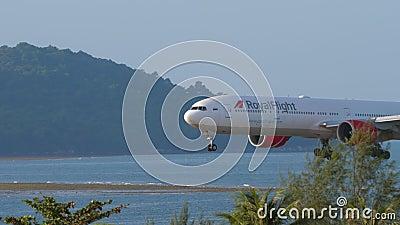 Widebody-Flugzeug vor der Landung anflugt stock footage