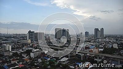 wideo czasu upływu miasto i niebo pociąg, Bangkok, Tajlandia: Niebo pociągu budynek i ruch drogowy zbiory wideo
