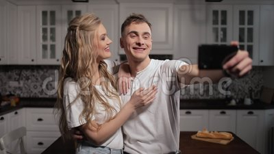 Wideo gadka parą na Smartphone w kuchni zbiory wideo