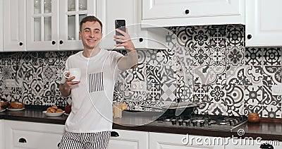 Wideo gadka przez Smartphone mężczyzną w kuchni zdjęcie wideo