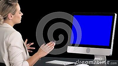 Wideo gadka z someone młodą kobietą, Alfa kanał Blue Screen W górę pokazu zdjęcie wideo